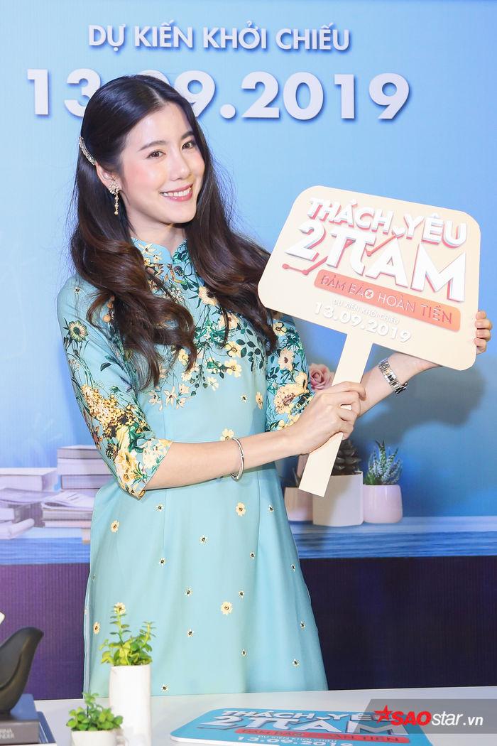 Esther Supreeleela diện áo dài cực đẹp, đội thêm nón lá khi giao lưu với fan Việt Nam - Hình 2