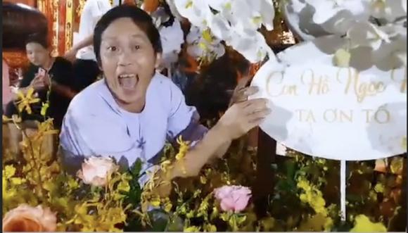 Hà Hồ chia sẻ khoảnh khắc Hoài Linh trêu mình: Hồ Ngọc Hà ơi, con đang ngồi làm hoa cho cô đây - Hình 2