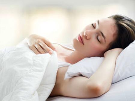 Nằm ngủ sai tư thế sẽ khiến da mặt bạn xấu đi, mọc đầy mụn - Hình 3