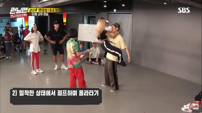 Running Man: Miệng thì nói xấu hổ nhưng Jeon So Min cứ bổ nhào vào người Kim Jong Kook - Hình 2
