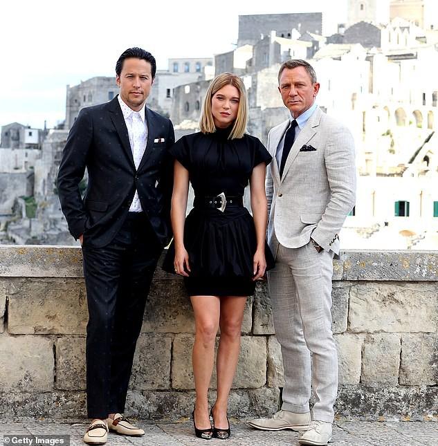Tài tử James Bond phong độ, lịch lãm ở tuổi 51 bên mỹ nữ tóc vàng - Hình 4