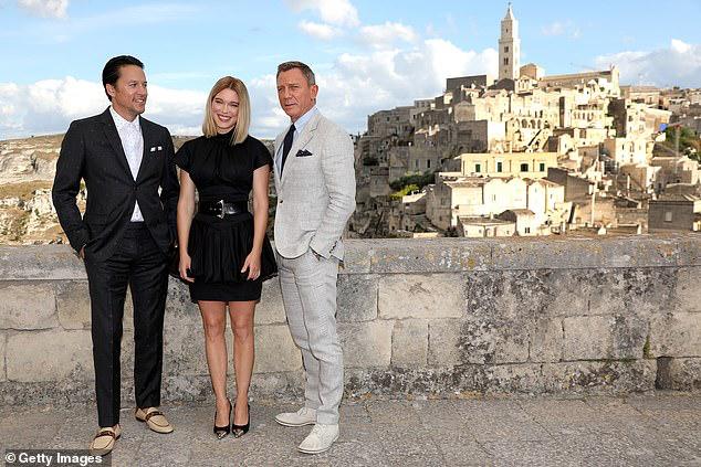 Tài tử James Bond phong độ, lịch lãm ở tuổi 51 bên mỹ nữ tóc vàng - Hình 2