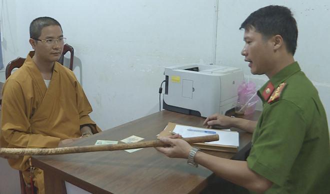 Thầy chùa đập vỡ kính ôtô vì tài xế không cho vượt - Hình 2