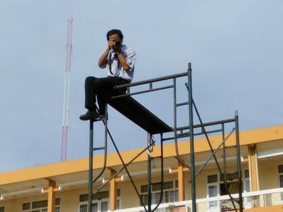 Thầy giáo có tâm nhất quả đất: Ngồi chênh vênh 3 tầng làm flycam chụp ảnh cho học sinh - Hình 1