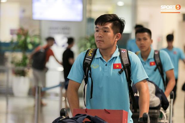 Thủ môn U22 Việt Nam vừa về đến Nội Bài sau trận thắng Trung Quốc đã đánh lẻ, đi riêng với cô gái lạ ngay trước mắt đồng đội - Hình 13