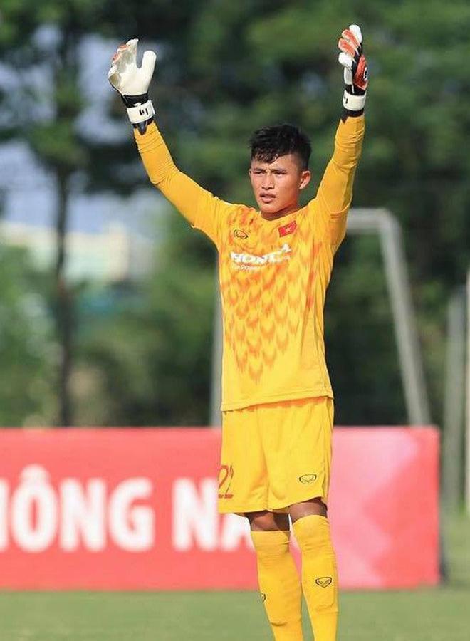 Thủ môn U22 Việt Nam vừa về đến Nội Bài sau trận thắng Trung Quốc đã đánh lẻ, đi riêng với cô gái lạ ngay trước mắt đồng đội - Hình 7