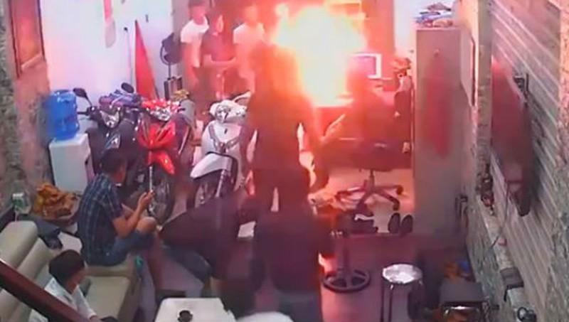 Truy tìm đối tượng mang xăng đến đốt cửa hàng cầm đồ - Hình 1