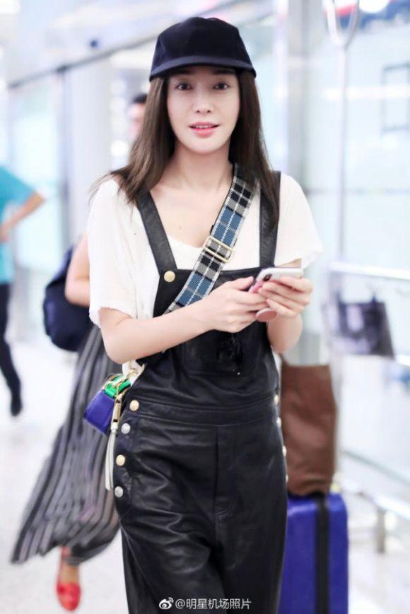 Có lẽ Triệu Vy nên học Phú sát Tần Lam cách diện đồ thời trang sân bay sao cho trẻ trung hơn - Hình 4