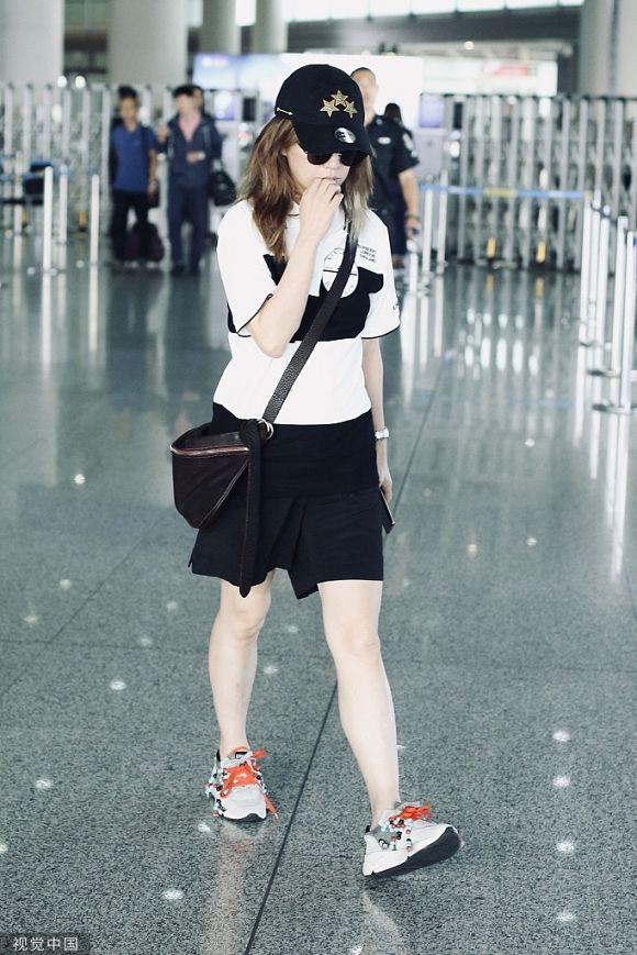 Có lẽ Triệu Vy nên học Phú sát Tần Lam cách diện đồ thời trang sân bay sao cho trẻ trung hơn - Hình 8