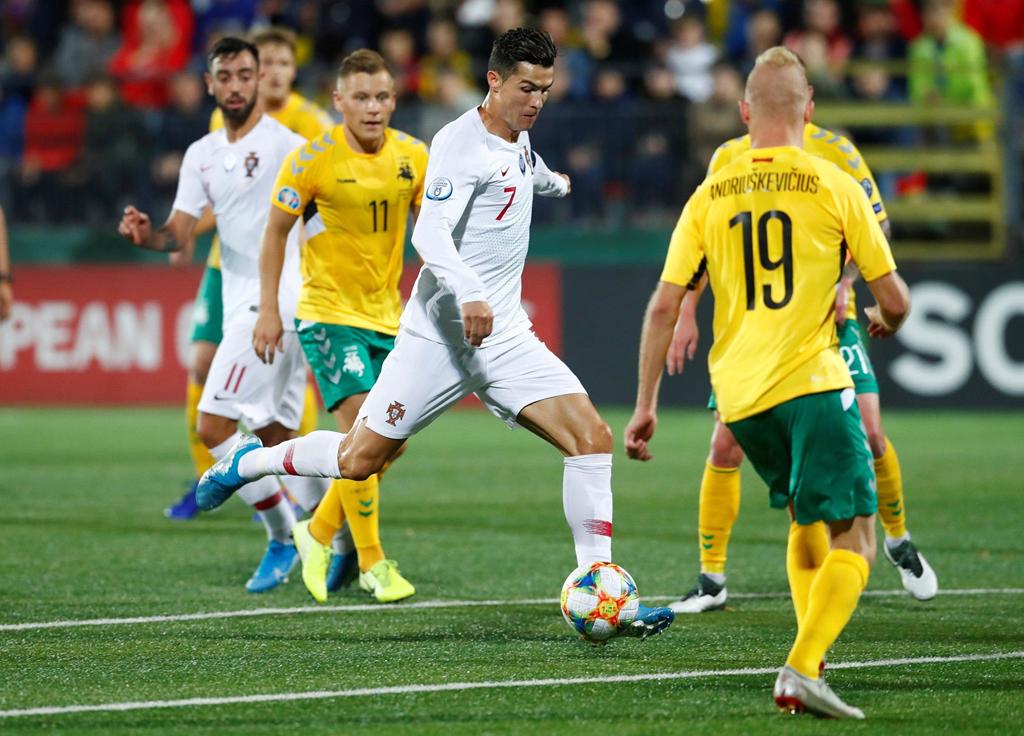 Fan cuồng vào sân quỳ trước mặt Ronaldo - Hình 6