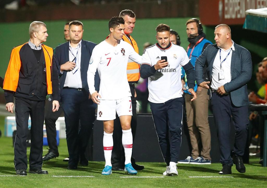 Fan cuồng vào sân quỳ trước mặt Ronaldo - Hình 4