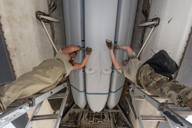 Gói vũ khí vừa nâng cấp trong khoang của oanh tạc cơ siêu thanh B-1 - Hình 8