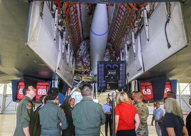 Gói vũ khí vừa nâng cấp trong khoang của oanh tạc cơ siêu thanh B-1 - Hình 4