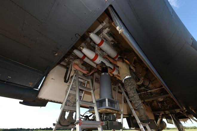 Gói vũ khí vừa nâng cấp trong khoang của oanh tạc cơ siêu thanh B-1 - Hình 11