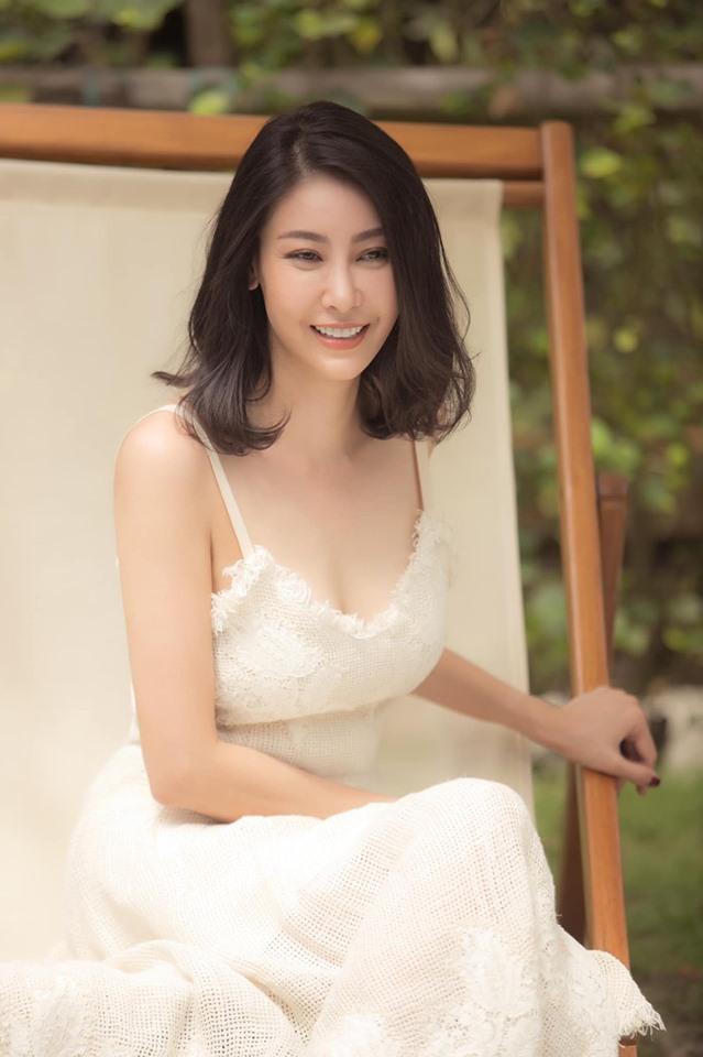 Hoa hậu 3 con Hà Kiều Anh tuổi 43 vẫn mặc trẻ trung đẹp như tranh - Hình 2