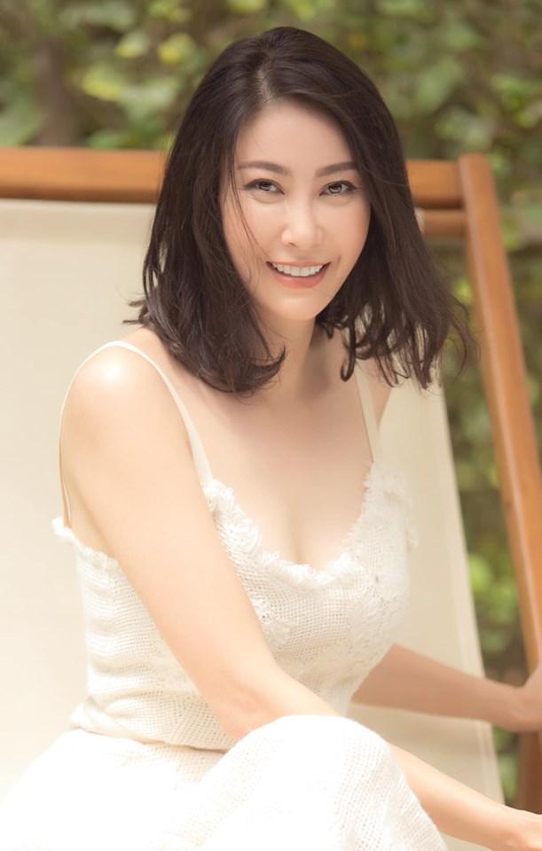 Hoa hậu 3 con Hà Kiều Anh tuổi 43 vẫn mặc trẻ trung đẹp như tranh - Hình 1
