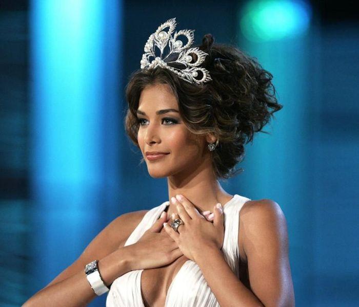 Hoàng Thùy phấn khích khi Miss Universe làm vương miện mới, sa thải huyền thoại Mikimoto gãy cánh - Hình 2