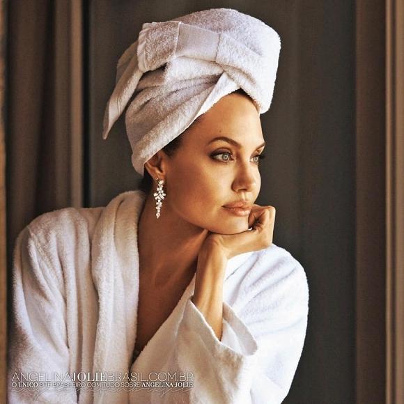 Không có Brad Pitt, Angelina Jolie hồi xuân bằng cách đánh thức sự quyến rũ ngủ quên trong hình hài bà mẹ 6 con - Hình 1