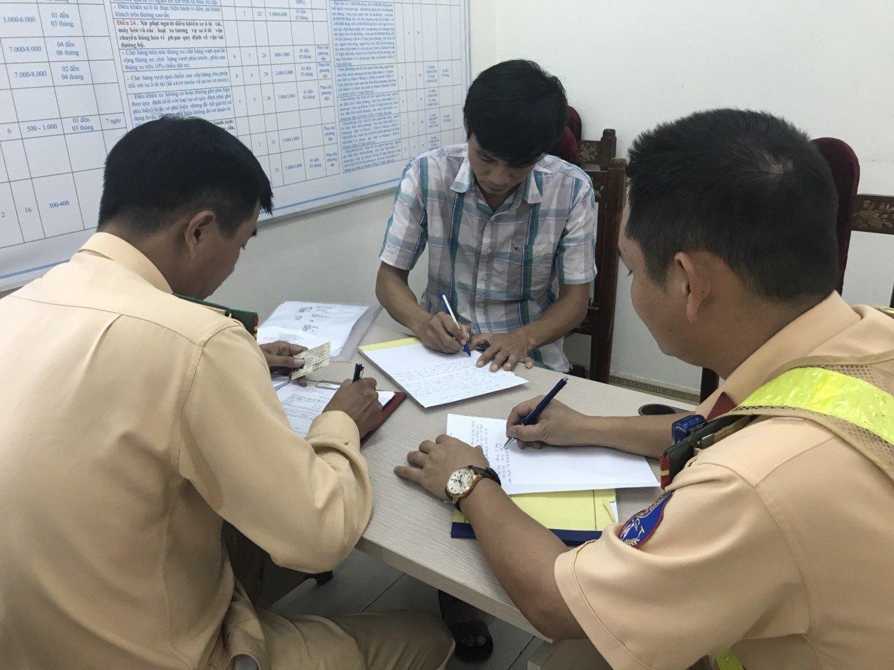 Lái xe đầu kéo vượt ẩu ở cao tốc Hà Nội - Lào Cai bị phạt tiền, tước GPLX - Hình 1