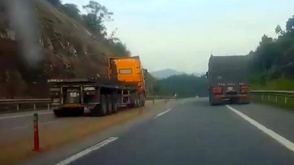 Lái xe đầu kéo vượt ẩu ở cao tốc Hà Nội - Lào Cai bị phạt tiền, tước GPLX - Hình 2