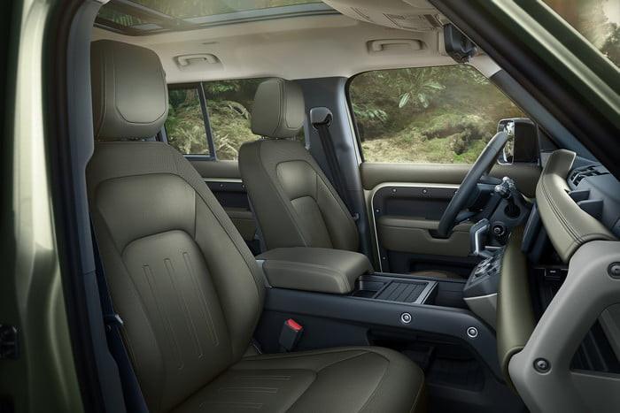 Land Rover Defender 2020 chính thức ra mắt, lạ lẫm và cục mịch - Hình 12