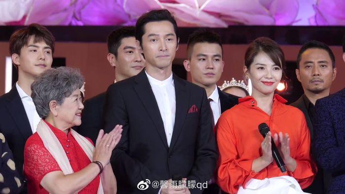 Loạt sao Cbiz dự Gala phim PRC: Khoảnh khắc Vương Tuấn Khải - Dịch Dương Thiên Tỉ và Lưu Hạo Nhiên đứng cạnh nhau - Hình 8