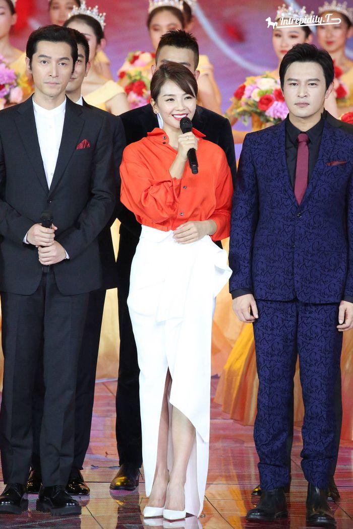 Loạt sao Cbiz dự Gala phim PRC: Khoảnh khắc Vương Tuấn Khải - Dịch Dương Thiên Tỉ và Lưu Hạo Nhiên đứng cạnh nhau - Hình 11