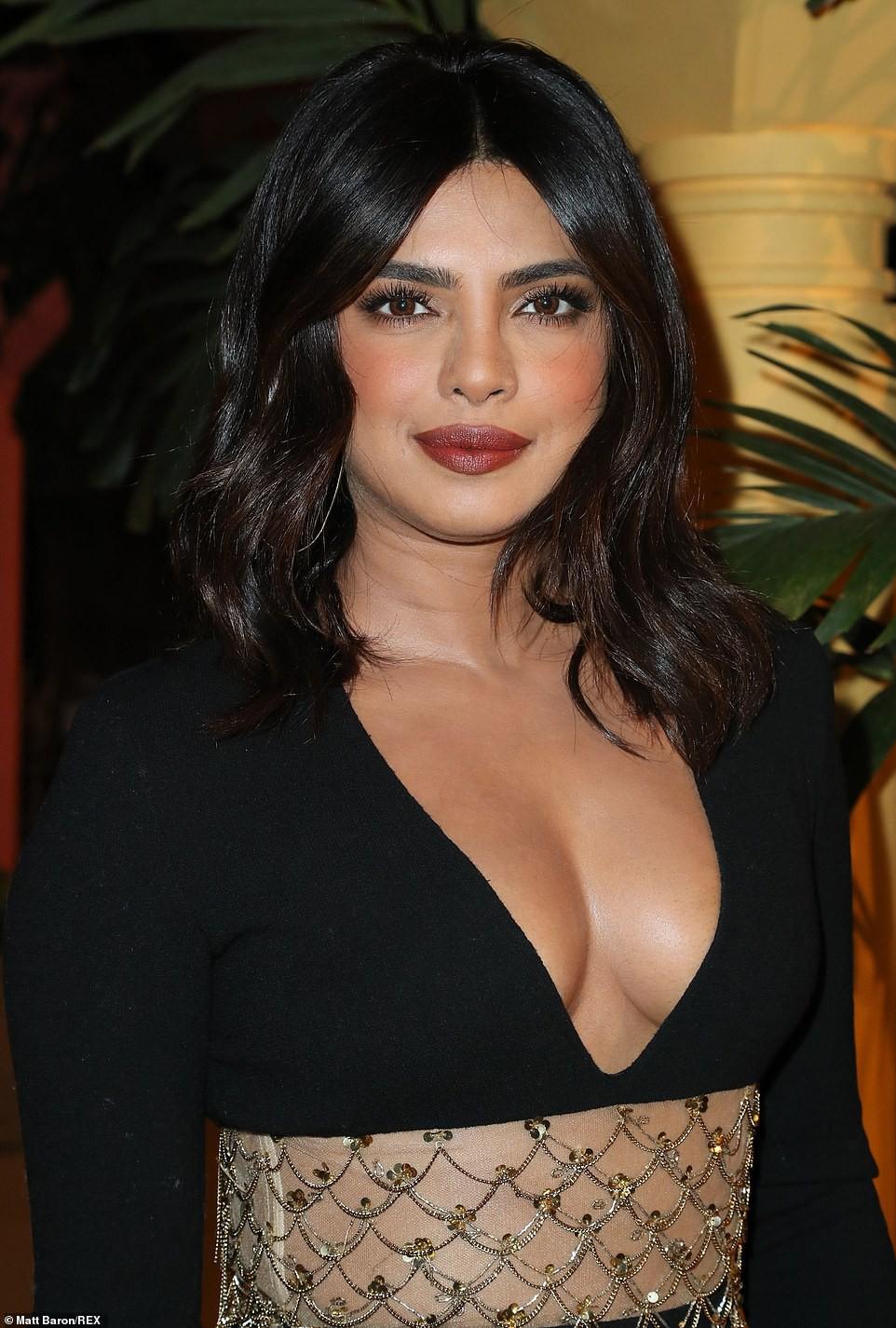 Priyanka Chopra diện váy khoét cổ khoe vòng một căng tràn - Hình 4