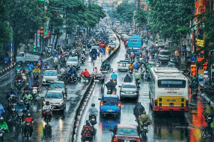 Quên cảnh tắc đường đi, dòng người hối hả dưới cơn mưa chiều tan tầm ở Hà Nội cũng thơ mộng lắm - Hình 3