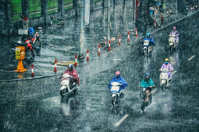 Quên cảnh tắc đường đi, dòng người hối hả dưới cơn mưa chiều tan tầm ở Hà Nội cũng thơ mộng lắm - Hình 14