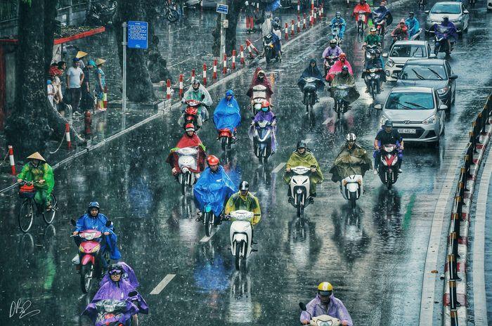 Quên cảnh tắc đường đi, dòng người hối hả dưới cơn mưa chiều tan tầm ở Hà Nội cũng thơ mộng lắm - Hình 5