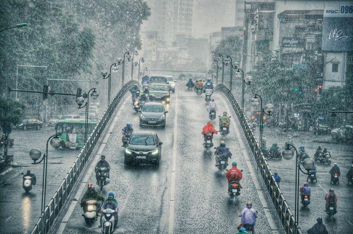 Quên cảnh tắc đường đi, dòng người hối hả dưới cơn mưa chiều tan tầm ở Hà Nội cũng thơ mộng lắm - Hình 2