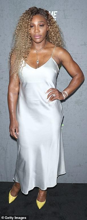 Serena Williams diện đầm lụa trắng, nữ tính khi xuất hiện bên chồng - Hình 1