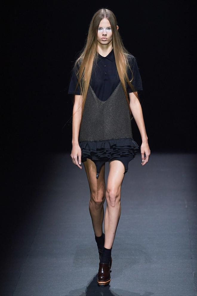 Siêu mẫu Trung Quốc vấp ngã mạnh khi catwalk - Hình 2