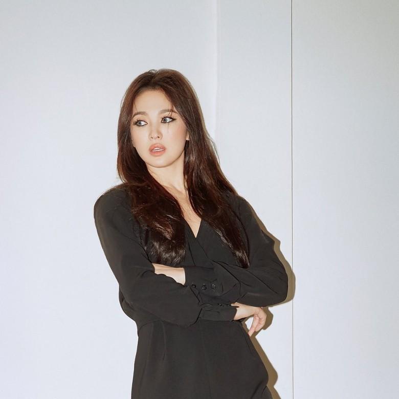 Song Hye Kyo tiếp tục gây choáng với phong cách khoe hình thể táo bạo kể từ khi ly hôn Song Joong Ki - Hình 2