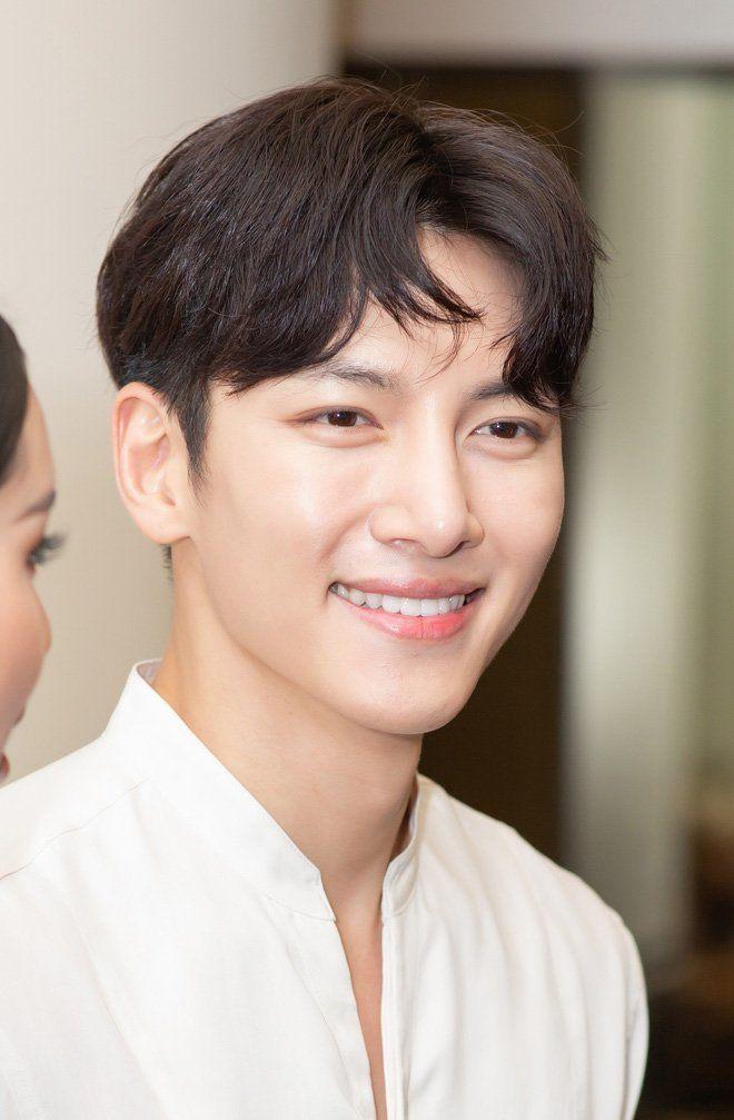 Trở về Hàn sau khi hủy show ở Việt Nam: Ji Chang Wook bừng sáng, được truyền thông vây quanh tại sân bay - Hình 6