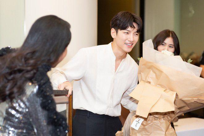 Trở về Hàn sau khi hủy show ở Việt Nam: Ji Chang Wook bừng sáng, được truyền thông vây quanh tại sân bay - Hình 7