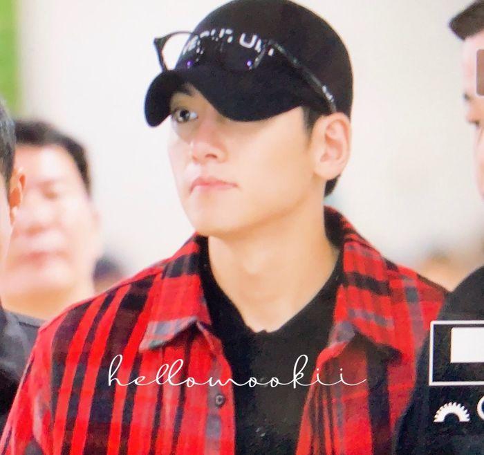 Trở về Hàn sau khi hủy show ở Việt Nam: Ji Chang Wook bừng sáng, được truyền thông vây quanh tại sân bay - Hình 1
