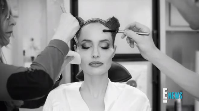 Xem Angelina Jolie biến hình thành Maleficent ai cũng trầm trồ: Nhan sắc bà mẹ 6 con quá đỉnh, chị mọc sừng mà vẫn đẹp? - Hình 4