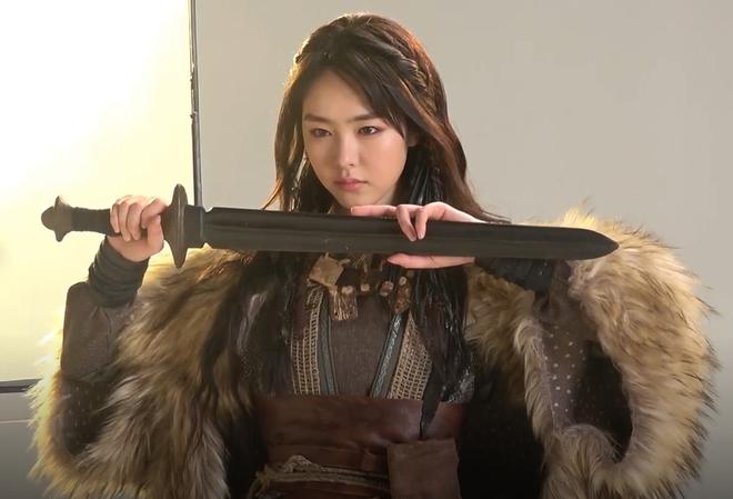 7 bóng hồng của Song Joong Ki ở Arthdal: Hết BLACKPINK, con lai Nga Hàn tới mỹ nhân Nhật đẹp nức lòng ai mà không mê - Hình 11