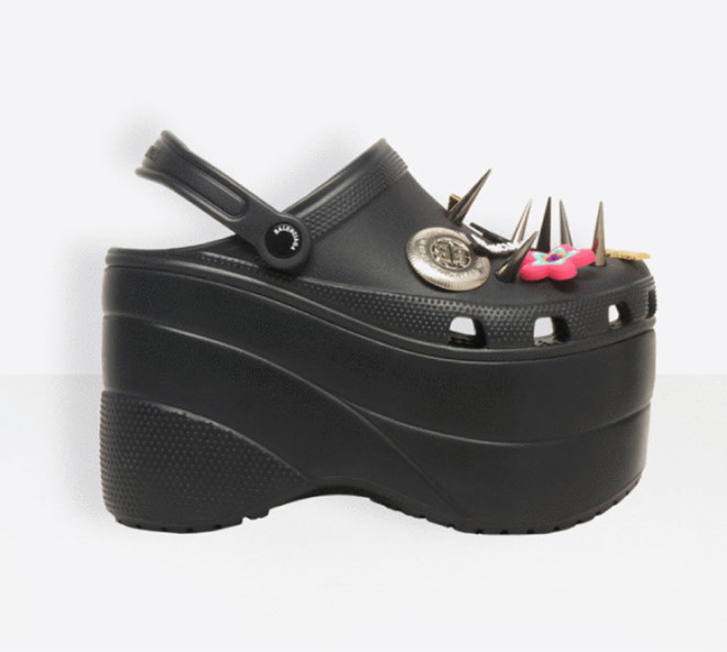 Ariana Grande lần đầu chụp ảnh đi giày Crocs, fan lập tức đòi mua - Hình 2