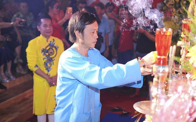 Bất ngờ với sự cẩn thận của Hoài Linh khi tới cúng Tổ ở sân khấu Minh Nhí - Hình 13