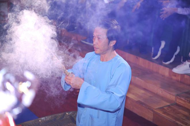 Bất ngờ với sự cẩn thận của Hoài Linh khi tới cúng Tổ ở sân khấu Minh Nhí - Hình 12