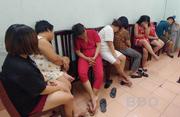 Bắt quả tang ổ cờ bạc của nhóm quý bà giữa đêm khuya - Hình 1