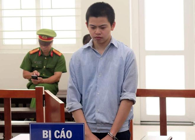 Bị con trai chém, mẹ ra tòa khóc xin giảm tội - Hình 1