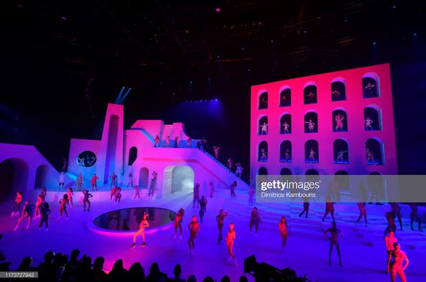 Bi hài: Rihanna đầu tư mạnh tay cho show diễn thời trang gấp cả chục lần cho concert ca nhạc - Hình 1