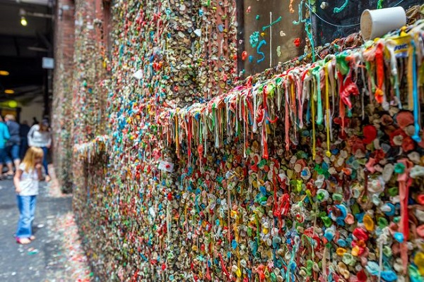 Bức tường kẹo cao su bốc mùi thu hút hàng ngàn du khách đến chụp hình sống ảo - Hình 8
