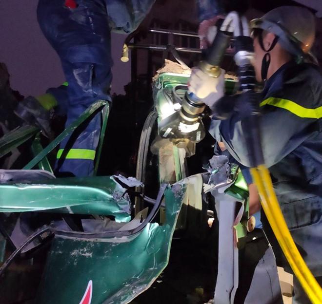 Cắt cabin xe tải cứu tài xế sau tai nạn liên hoàn - Hình 1