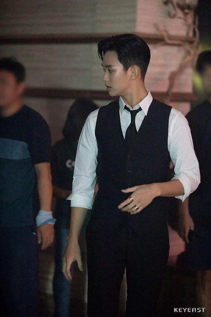 Choáng ngợp trước vẻ ngoài trẻ trung, điển trai của Kim Soo Hyun tại hậu trường bộ phim Hotel Del Luna - Hình 10