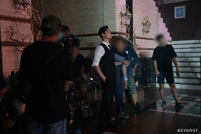 Choáng ngợp trước vẻ ngoài trẻ trung, điển trai của Kim Soo Hyun tại hậu trường bộ phim Hotel Del Luna - Hình 11